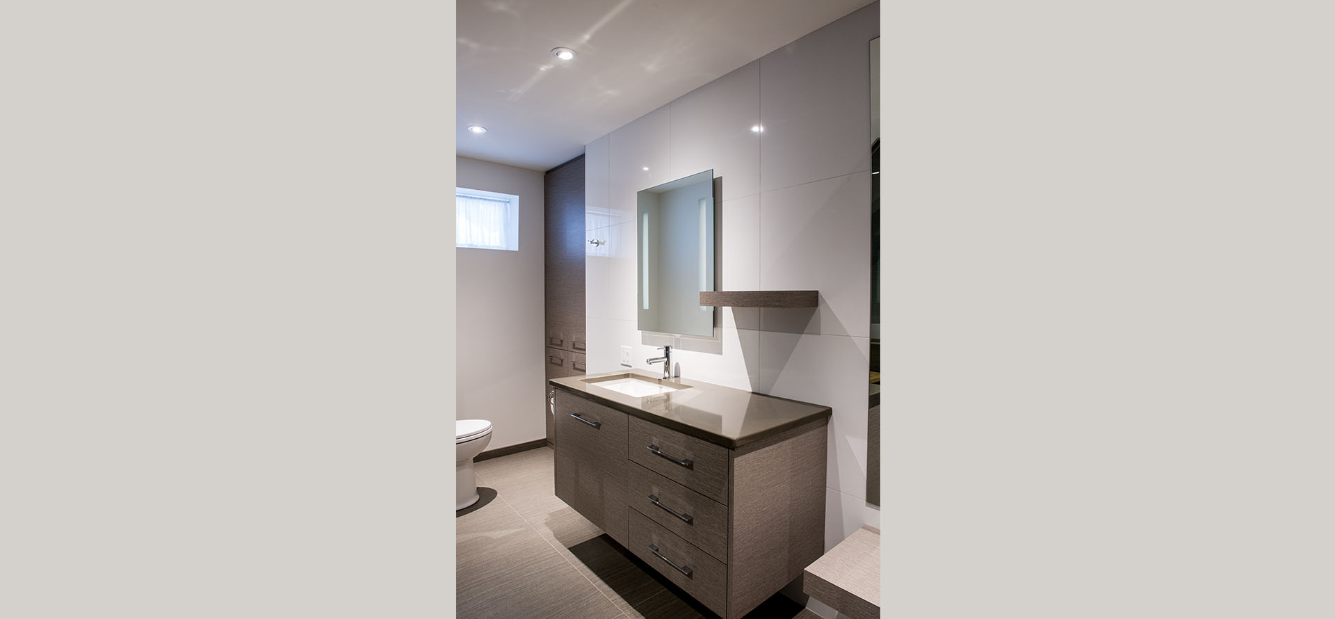 Style moderne avec fini lustré blanc, à North Hatley
