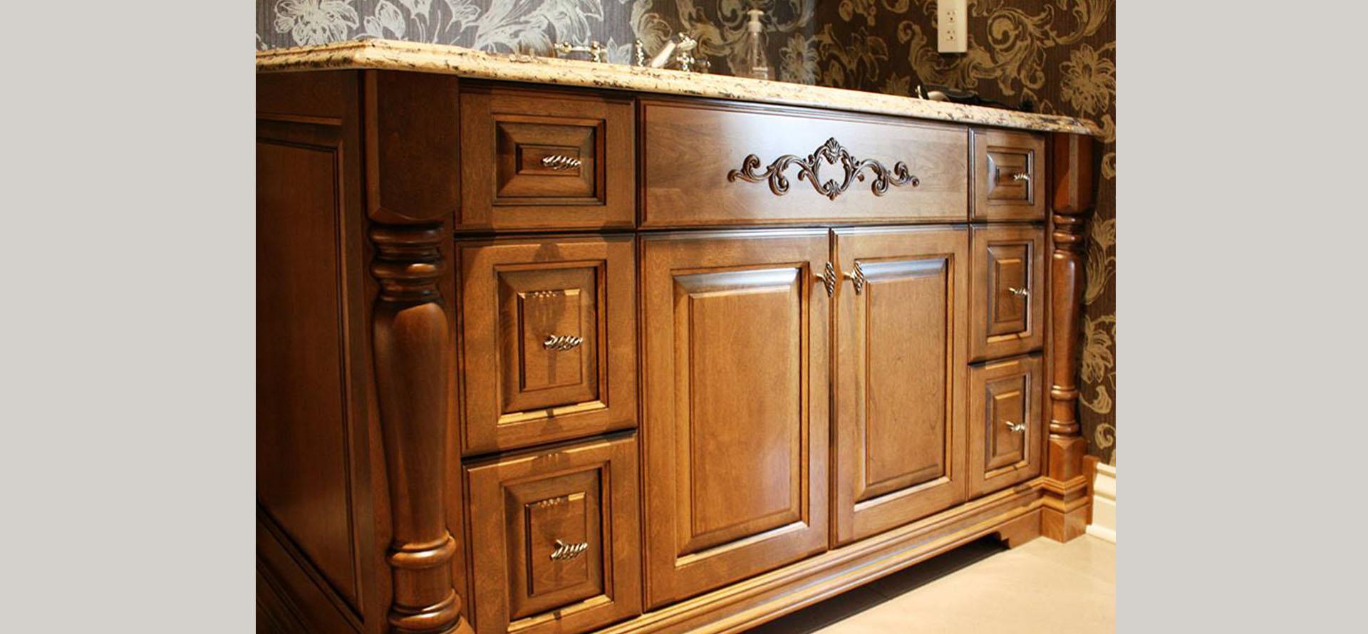 Cuisine classique en bois teint et comptoirs de granite - Cuisine bois et inox ...