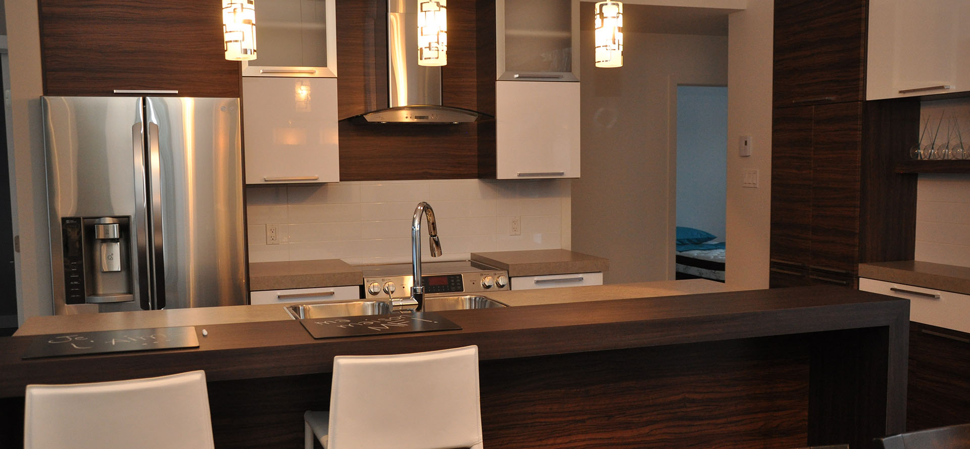 cuisine contemporaine avec armoires de mlamine et comptoirs de stratifi