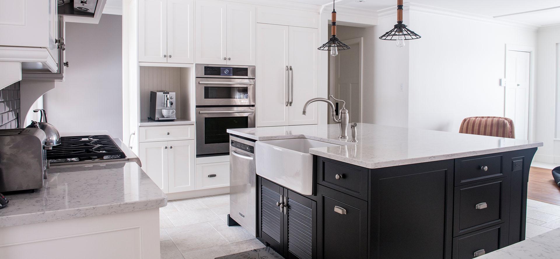 R novation de style classique avec armoires blanches for Armoire de cuisine shaker
