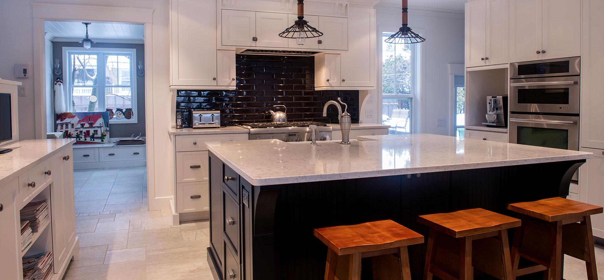 R novation de style classique avec armoires blanches for Armoires de cuisine shaker